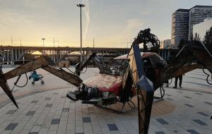 В парке «Раздолье» установили сюрреалистичную «машину-паука»