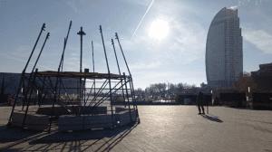 Еще одну новогоднюю елку начали устанавливать в центре Волгограда