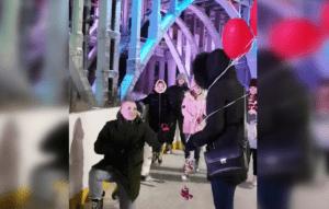 Волгоградец сделал предложение девушке в центре города на катке