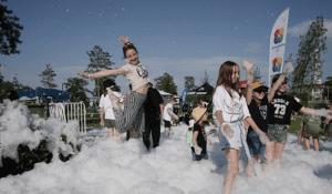 Фестиваль в разгаре: тысячи волгоградцев пришли в ЦПКиО ради поп-артистов и блогеров